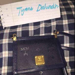 Äkta vintage mcm clutch väska i väldigt god skick, skulle säga 9/10. Vid frågor eller intressen DM:a mig:)
