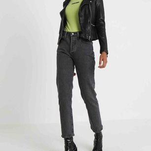 Säljer dessa jeans Från Levis fast i en mörkblå färg! Hittar ej på nätet så tar dessa bilder, hör av dig för egna bilder 🥰 sparsamt använda och i super skick!