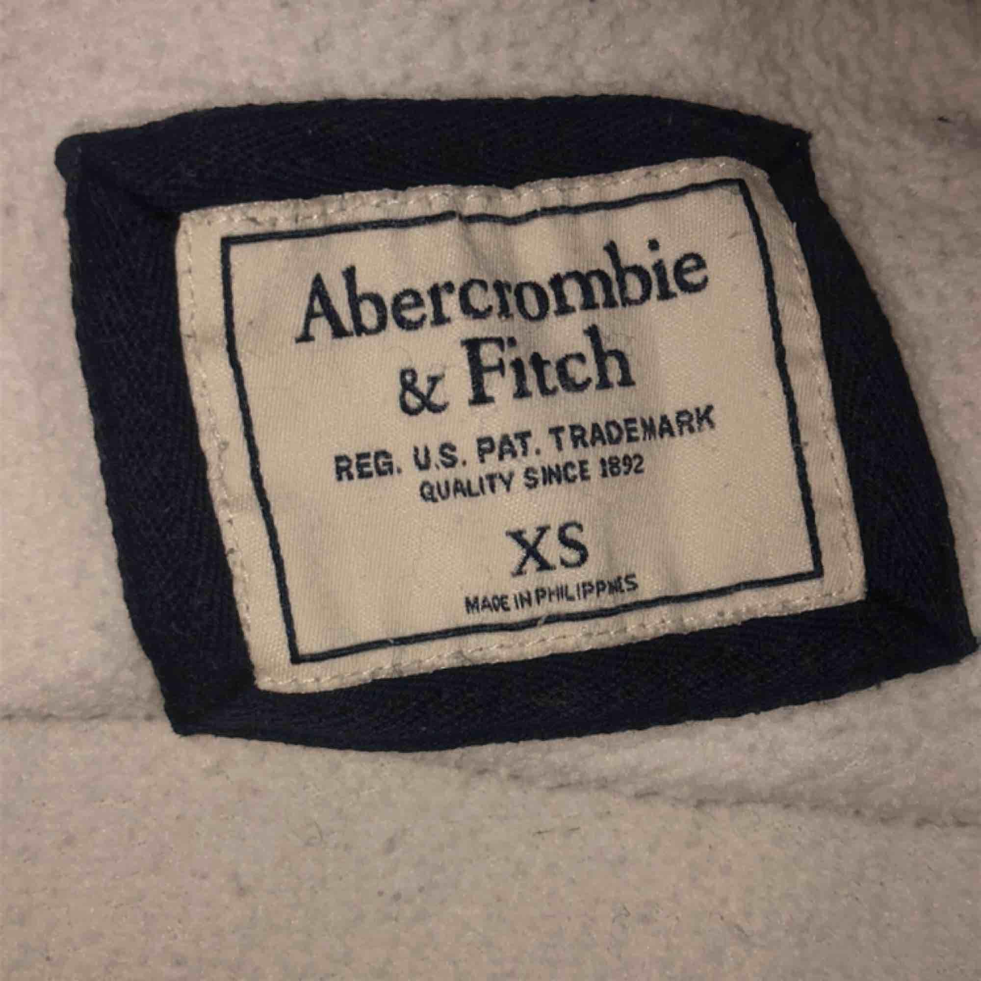 Hoodie från Abercrombie & Fitch. Bra skick, möts upp i Stockholm annars står köparen för frakt. Tröjor & Koftor.