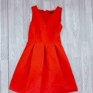 Röd kort knälång klänning i ett tjockare material, har fickor. Storlek XS. Fint skick.  Möts upp i Stockholm eller fraktar. Frakt kostar 63kr extra, postar med videobevis/bildbevis. Jag garanterar en snabb pålitlig affär!✨