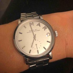 Säljer min superfina Marc Jacobs klocka då den inte kommer till användning.. använt den Max 2-3 ggr. köparen står för frakten!:)