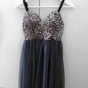 Jätte fin klänning i storlek 36, endast använd en gång. Perfekt till fest!✨  Köparen står för frakten, har du några fler frågor är du varmt välkommen att lämna en kommentar. 😊