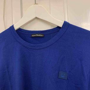 Mörkblå t-shirt från acne! Sparsamt använd så är i gott skick, lite skrynklig på bilden bara.