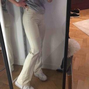 Mjuka beiga/sandfärgade kostymbyxor Storlek: xxs (men passar mig som har s/xs vanligtvis, så skulle säga att dem mer är s-xs. Jag är 1,64cm  Svinsnygga så säljer endast pga spara in pengar!  Skriv vid fler frågor! 😊