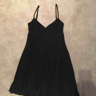 !!Oanvänd!! Svart kort klänning (går till över knäna)