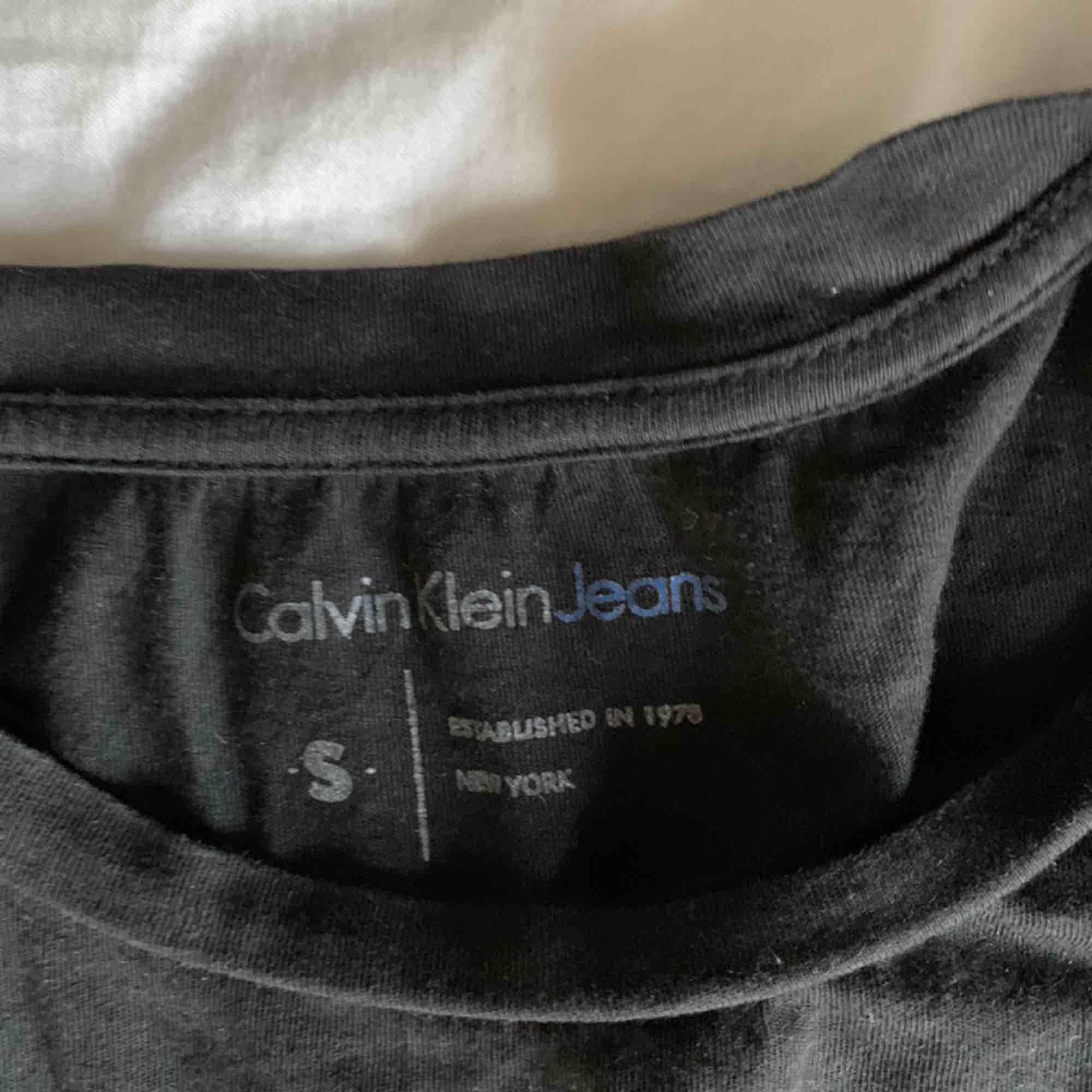 Säljer denna fina t-shirt från Calvin Klein (kommer självklart stryka den innan köp) frakt är inkluderat 🥰❤️. T-shirts.