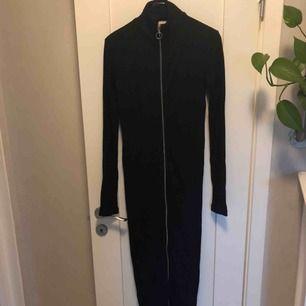 Långklänning. Stickad med dragkedja hela vägen. Oanvänd, men tvättad.