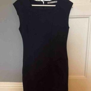 Supersnygg mörkblå/svart fodralklänning från Tiger of Sweden. Går till strax över knäna. Sparsamt använd. Säljer då den är för liten för mig!