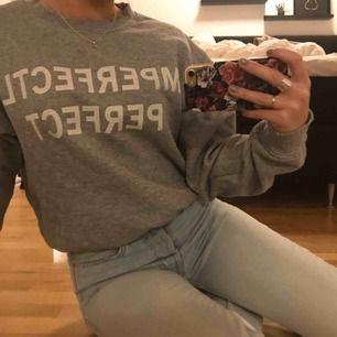 Säljer denna superfina tröja i från bikbok🥰 säljer pågrund av att den inte kommer till användning längre, frakt tillkommer👼🏼