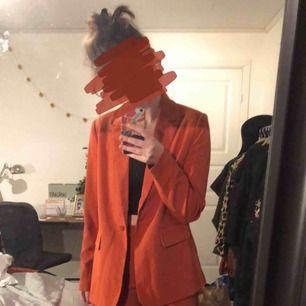 Orange kostym från märket Y.A.S. Kavajen är strl. M , byxorna strl. S. Skulle säga att allt som allt passar en medium. Hör av dig om du vill ha frakt!