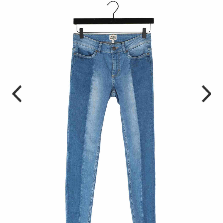Tvåfärgade jeans, dom är färgade som den andra bilden men liknar även den första. Orginal pris ca 900kr. Jeans & Byxor.
