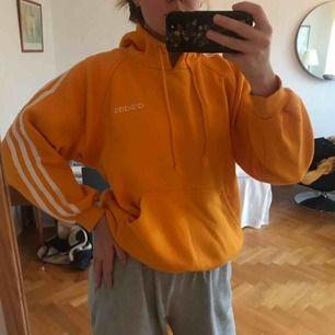Säljer min apelsinfärgade retro adidas tröja i xs/s. Fint skick och helt enkelt en grym tröja :)   Köparen står för frakt, annars finns den att hämta i Göteborg :)
