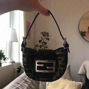 Säljer min snygga mini Fendi väska, som är i superskick!  Den är äkta men saknar kvitto, då den är köpt på en vintagebutik. Säljer eftersom jag inte använder den längre.   Fraktas mot kostnad. Annars kan den hämtas i Göteborg.