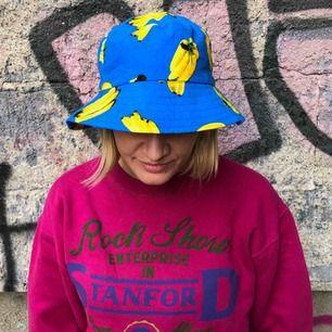 Fiskarmössa i blått med bananer. Nyskick. Finns att hämta på Södermalm. Vid leverans tillkommer frakt.