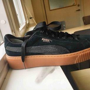 Säljer mina helt nya Puma plattform skor p g a att de är för stora för mig. Använde 2 ggr. Nypris 1100 men pris kan diskuteras vid en snabb affär. Möts upp i Stockholm.