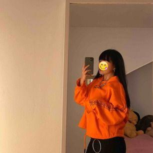 Orange luvtröja i storlek XL som letar nytt hem pga jag redan har på tok för många oversized-a plagg! Världens mysigaste material med text längs ärmarna o bröst, samt snören för storleksreglage! 🔆 Har vanligtvis XS/S. Jag står för frakten! 🧡
