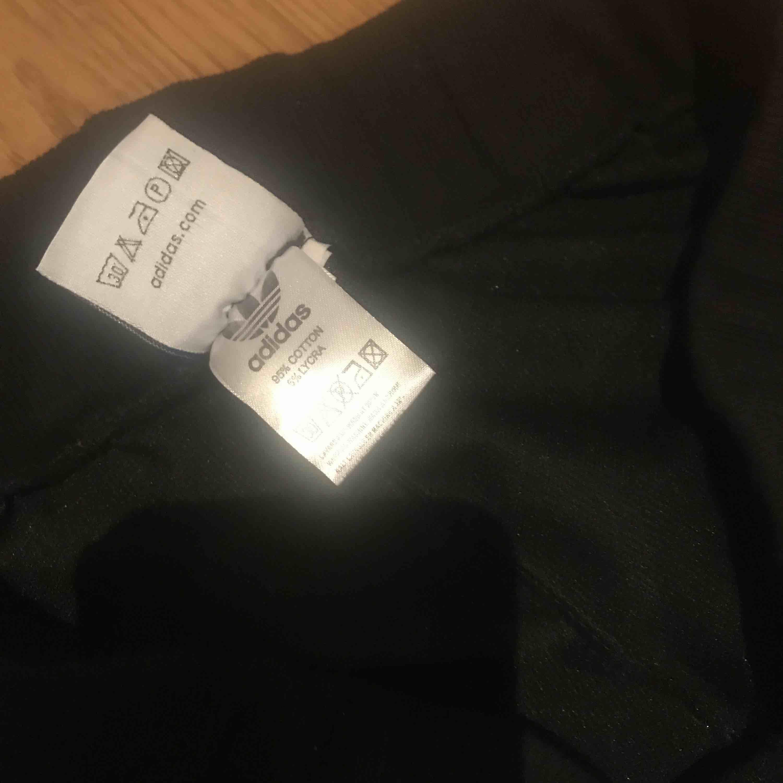 Limeted edition byxor Adidas med kamo-gulddetaljer Köparen står för frakt . Jeans & Byxor.