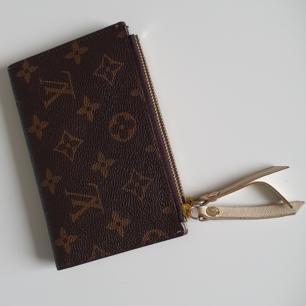 Louis vuitton plånbok i jättebra skick. Det är en jättebra kopia och lite använd. Inga synliga skador.