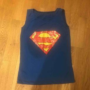 Ny topp med superman- tryck. Köpt utomlands. Köparen står för frakt