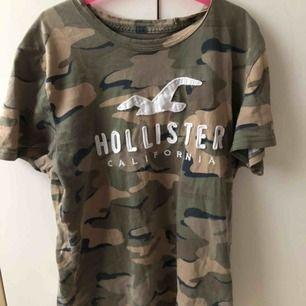 T-shirt med camouflage mönster ny pris va ca 200kr möts upp i Sollentuna annars står köparen för frakten