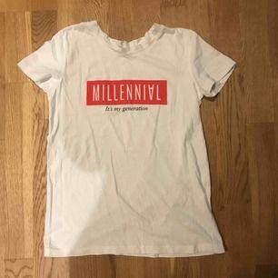 """T-shirt fr Stradivarius """"millennial  Köparen står för frakt"""