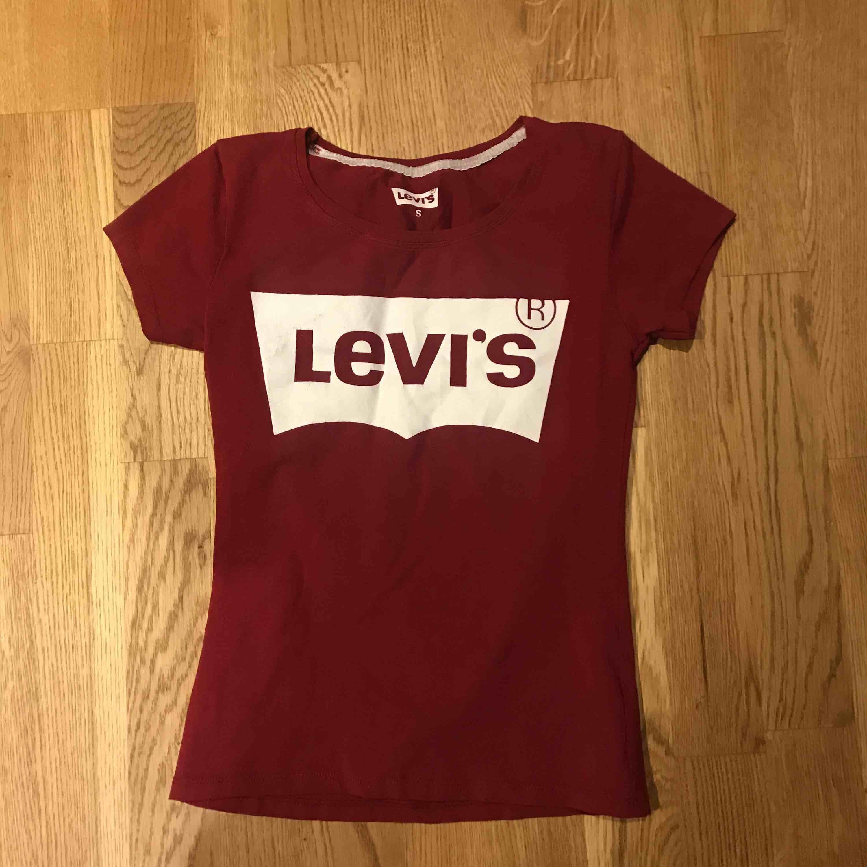 Levis t-shirt i vinrött. Köparen står för frakt  . T-shirts.