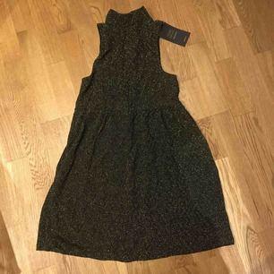 """Jättesnygg """"nyårs"""" klänning i guld med blixtlås bak. Stretchmaterial  Helt ny med prislapp kvar. Köpt utomlands på"""