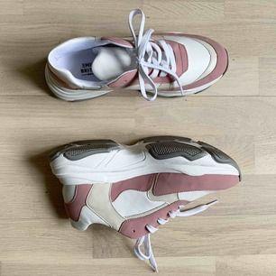 Chunky sneakers från NA-KD x Emilie Briting collab. Nypris ca 600kr.  Använda 1 gång, säljer pga för små.  Kan mötas upp i GBG, eller frakta för 140kr. Köparen står för frakt.