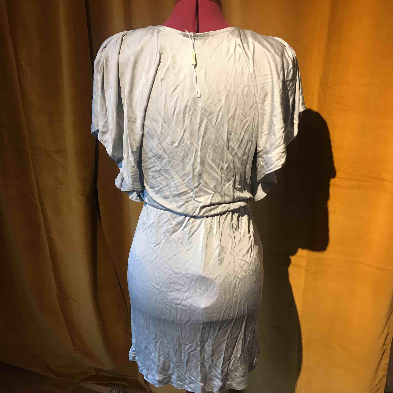 Ny klänning från Wera. Sorry för skrynkliga bilder 🙈 Köparen står för frakt . Klänningar.