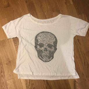 Cool t- shirt med stenar/paljetter som bildar en dödskalle  Köpt utomlands. Köparen står för frakt