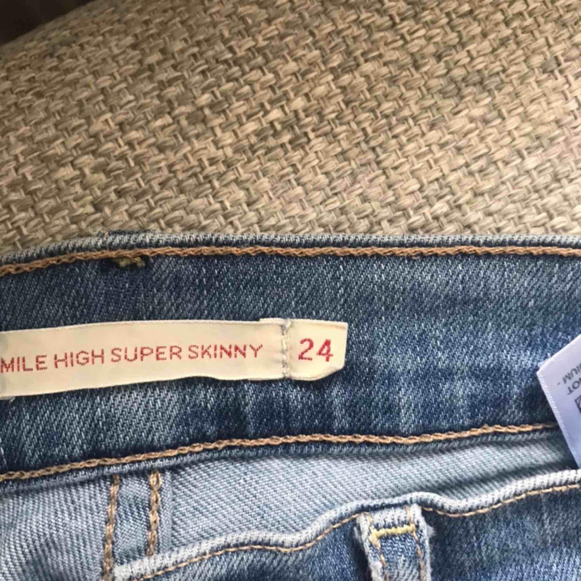 Ett par mile high Levi's jeans i blå färg. Använt sparsamt och är väldigt snygga. Passar till allt och dom är som nya.  Köpta för 1200☺️ . Jeans & Byxor.