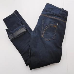 Snygga jeans från Killah. Smala ben + detaljer med dragkedja. Köparen står för frakten ⚡