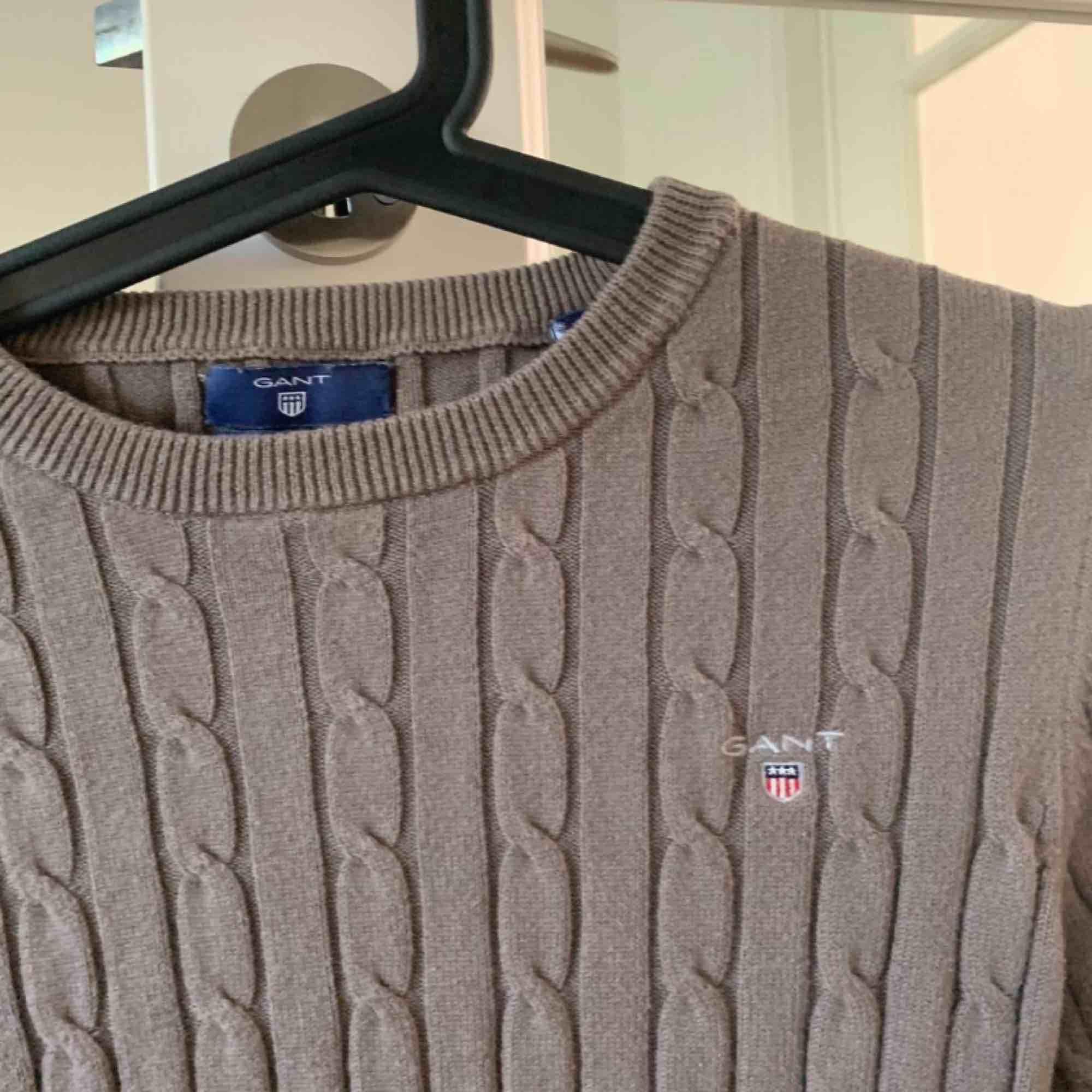säljer GANT KABELSTICKAD tröja för endast 500kr (nypris: 1800kr) pga för liten. Storlek XS.. Stickat.