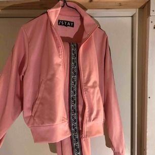 Snyggt rosa mjukisset från istay (carlings)  Storlek xs och säljes pga ingen användning. Har i princip använts en gång