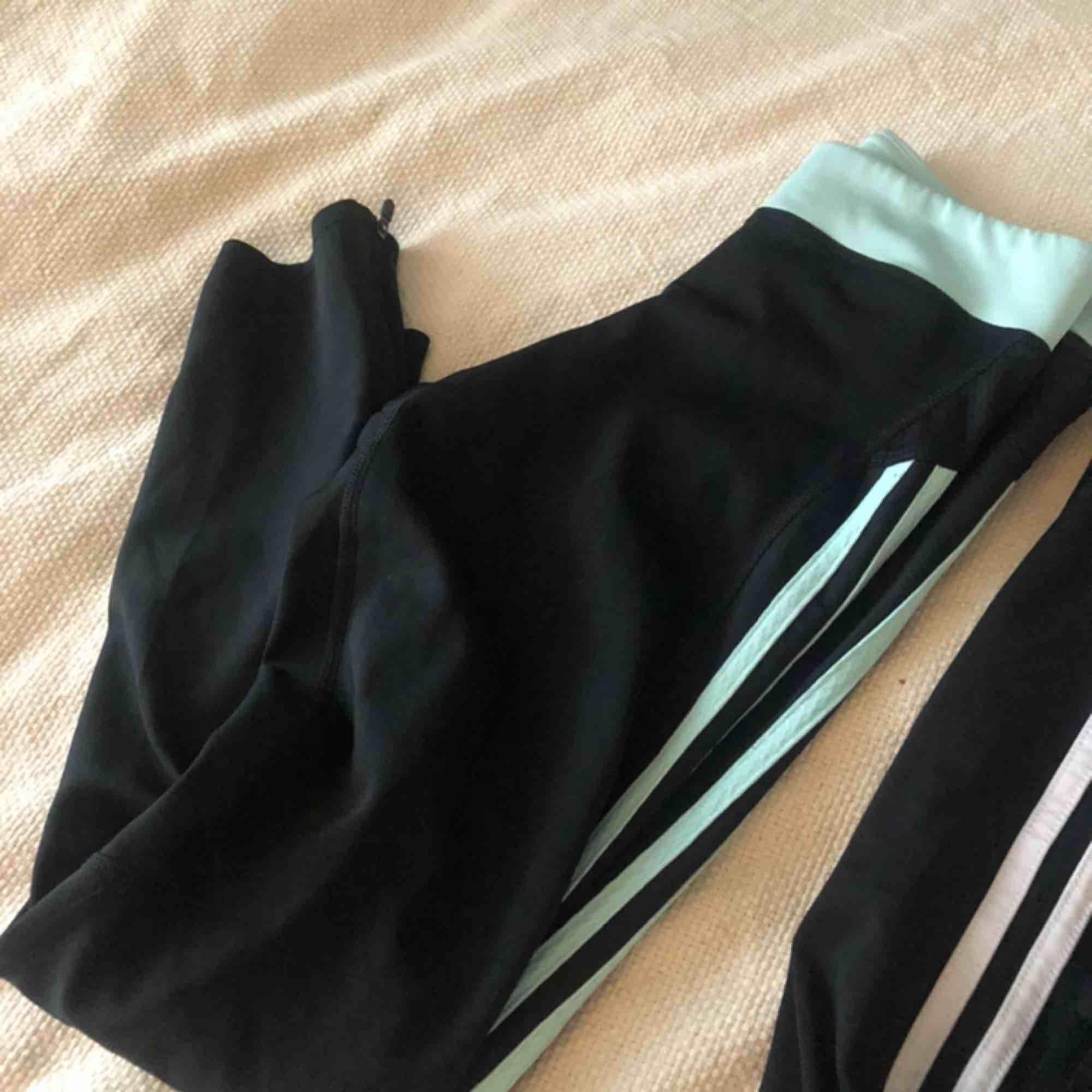 Två par adidas träningsbyxor, ena paret är i använt skick (se bild). . Jeans & Byxor.