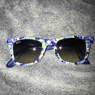 Blåa mönster Ray Ban glasögon i bra skick, aldrig använt!