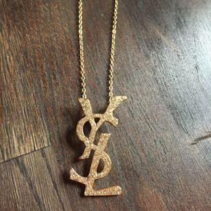 Halsband YSL fake i guld. Oanvänt och superfint. Finns att hämta i Malmö, annars står köparen för frakt 💖