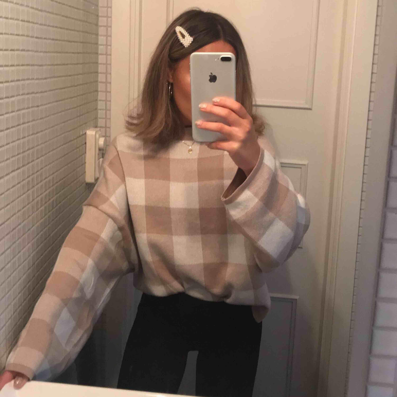 Såå fin rutig stickad tröja från Gina som inte riktigt kommer till användning🐭frakt tillkommer! ❌SÅLD❌. Stickat.