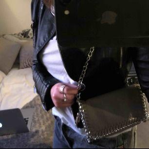 Stella McCartney liknande väska ifrån Scorett. Säljer då den ej används längre. Bra skick!