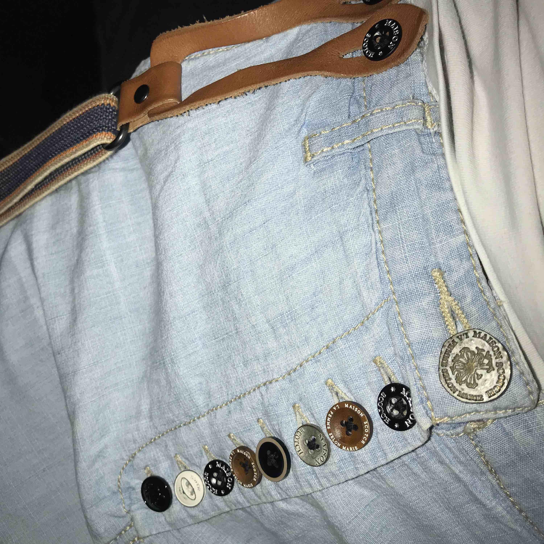 Maison scotch byxor använda 1 gång sedan har dom bara legat i garderoben. Bra skick ingen missfärgning osv Står strl 2 , då dom är pösiga så passar dom s/m. Jeans & Byxor.