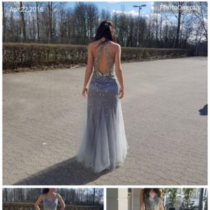 Säljer min fina klänning från märket Jora. I storlek small.  Passar bra till bal,fest eller bröllop mm Färgen är grå silver.  Finns att köpa i kungsbacka eller Göteborg. Kan även skicka klänningen.