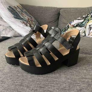Sandaller från Bohoo, jättesköna att gå i.  Storlek 39