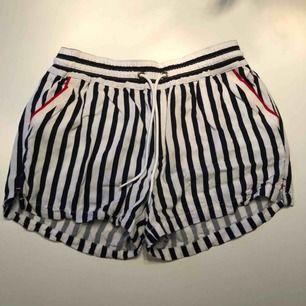 Blå vita rangliga Tommy Hilfiger shorts! Shortsen är gjorda i tyg och är mycket luftiga på sommaren! Shortsen är också i ett mycket bra skick!