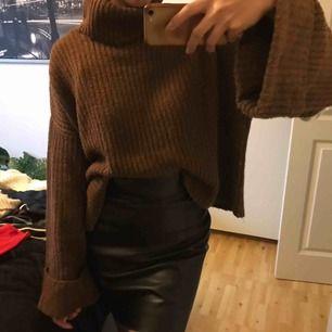 Frakt:50kr. Oversized stickad tröja. Är man M sitter den okej, jag är xs/s och den är lite oversized på mig