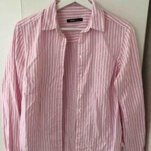 rosa/vit randig skjorta från Gina tricot i storlek 36. Fint skick. Frakt tillkommer.