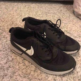 Säljer mina Nike Air Max Thea i storlek 38 pga för små. Tvättas innan dom skickas! 👍🏽 Nypris är på 1200kr och jag säljer mina för 500kr med frakten inräknad i priset!