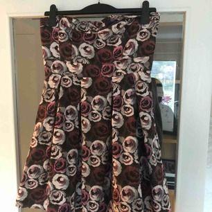 Axelbandslös klänning med tyll undertill.
