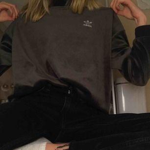 Säljer denna jättesköna tröjan från Adidas! Älskar materialet och tycker den är skitcool💖 Kan mötas upp i Stockholm eller frakta då köparen står för frakt!
