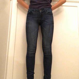 Snygga mörkblå jeans ifrån ett Italienskt märka vid namn Vingino! Är helt oanvända, men har klippt borta lappen.