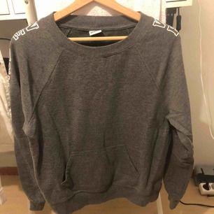 En sweatshirt från Gina Tricot. Köpt för 200kr o säljer för 80kr. Bra skick. Köparen står för frakt.